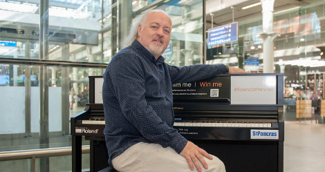 Roland DG UK wraps up Bill Bailey's St Pancras Performance