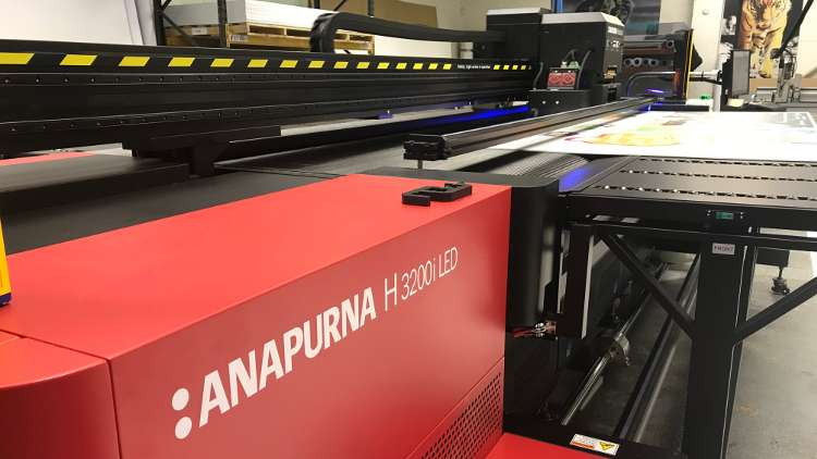 The Agfa Anapurna H3200i LEDUV is a belt-driven hybrid machine that can handle all types of rigid sheet materials up to 3.2m wide.